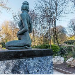 statue of oscar wilde's pregnant wife merrion square in dublin